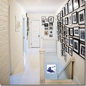 Fotos de família na parede sobre o corrimão