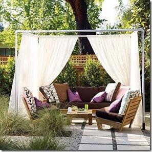 Poltronas e cortinado ao ar livre