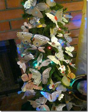 Árvore de natal decorada com borboletas