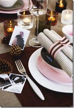 As fotos dos convidados enfeitam a mesa