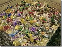A mesa de centro lotada de bolos das encomendas de natal