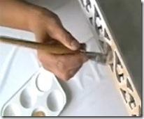 Pinte a peça com a tinta branca