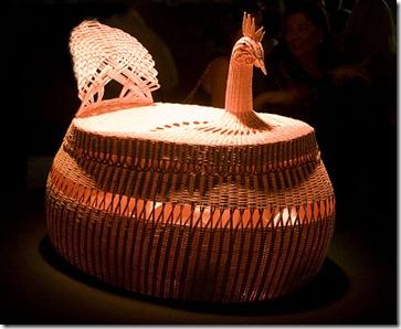 Essa galinha de Mestra Zefinha é feita com a fibra do talo do coqueiro