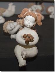 Anjo de cerâmica sentado, peça de Lee