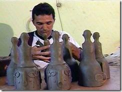 Artesão modelando figuras do folguedo Cavalo Marinho