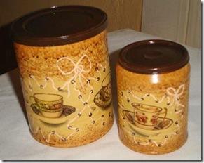 Latinhas de molho com decoupagem e pintura
