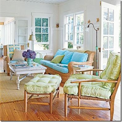 Sala com móveis de fibras naturais, e acessórios coloridos