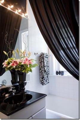 Banheiro clássico e elegante com detalhes pretos no branco
