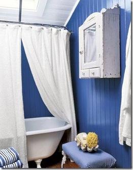 Rústico, sóbrio e romântico o banheiro em azul e branco