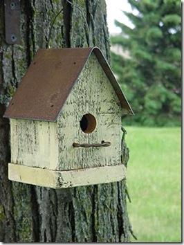 Casa de passarinho que recicla madeira, ferro e arame