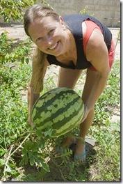 Cris Turek fingindo que a melancia não está pesada