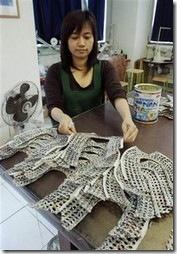 Artesã montando as sapatilhas de jornal reciclado