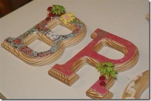 Letras de madeira decoradas com decoupagem e detalhes infantis