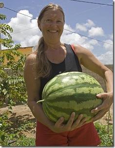 Cris Turek, fazendo pose com a sua melancia gigante