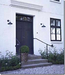 Porta Clássica numa fachada cheia de roseiras