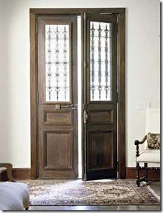 Antiga porta com grade de ferro trabalhada