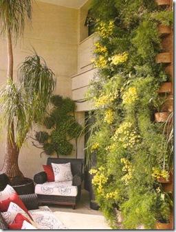 Varanda recoberta com jardim vertical com placas de fibra de coco