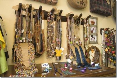 Acessórios femininos feitos em couro da linha Ivânia Barreto