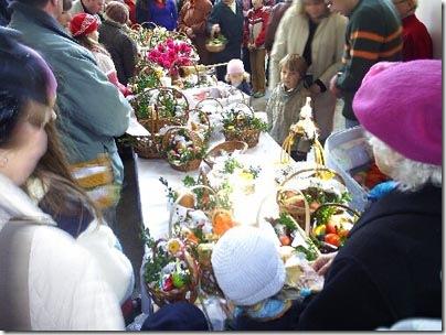 Cestas prontas para receberem a bênção sobre os alimentos no Sábado de Aleluia
