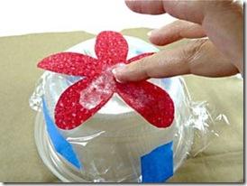 Coloque a primeira pétala e cubra com a mistura de goma