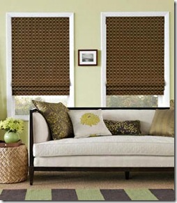 Sóbrias em janelas estreitas as cortinas romanas compõem com o ambiente