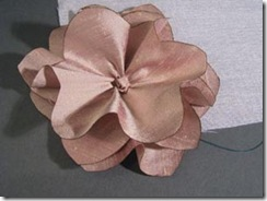 Costure a terceira pétala da flor de seda