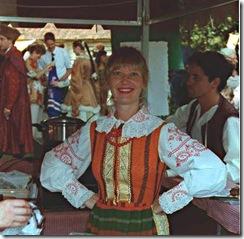 Cris Turek vestida à rigor, numa festa da comunidade polonesa em Curitiba