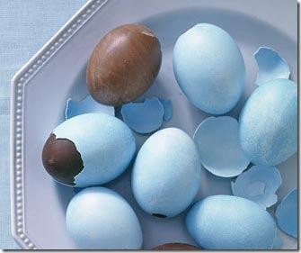 Recheie os ovos de galinha com chocolate derretido
