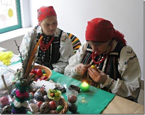 Polonesas pintando os ovos na tradição kraszanki