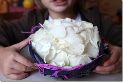 Faça uma forração de pétalas de flores em seu ninho
