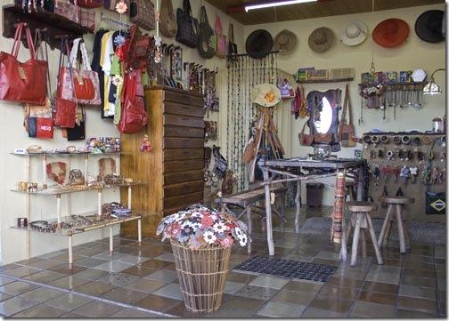 Vista parcial da loja de Ivânia no Mercado de Artesanato