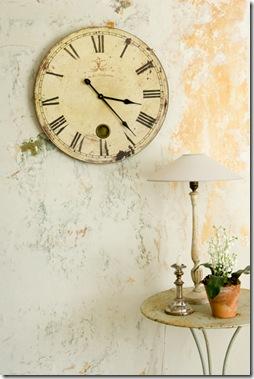 Peça de antiquário, o relógio aparenta ter muita história