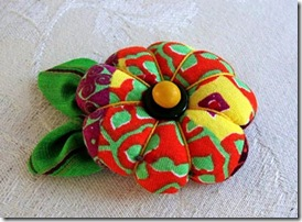 Broche flor de fuxico com enchimento e folha, de Márcia Medeiros