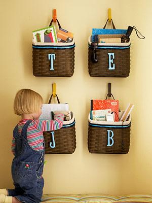 Nas paredes, os cestos colocam ordem nos brinquedos e livros infantis