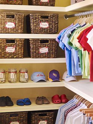 Cestos organizam os armários do closet
