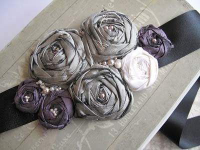 Cinto feito com flor de cetim