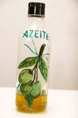 Garrafa reciclada para um porta azeite com pintura