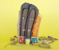 Escultura em madeira de Guariguazi chamada Trio Amoroso