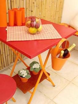 Mesa de ferro vermelha com baldinho