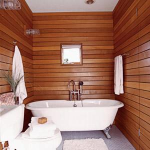 Todas as paredes do banheiro revestidas com madeira