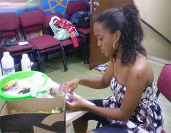 Liliane ministrando o curso de papel maché