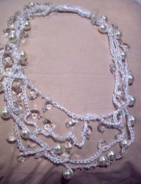 Colar rendado de fios de seda e miçangas da Nadir Capello