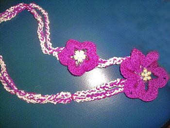 Colar de flores de crochê da Telma Scherr