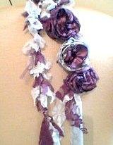 Colar de tecido com flores liláses da Lualinda
