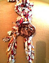 Colar de tecido com flor vermelha da Lualinda