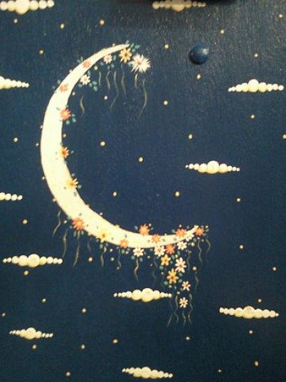 Detalhe pintado na maleta por Emma Bianchinni