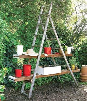 Escada bamba vira prateleira para o jardim