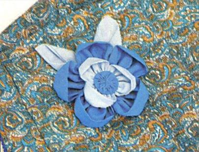 Flor de fuxico dupla com folhas de fuxico aplicadas em camiseta