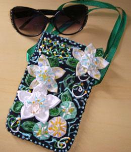 Porta-óculos com flores de fuxico da Manoela Nunes