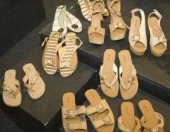 Sapatos e sandálias feitos de algodão colorido